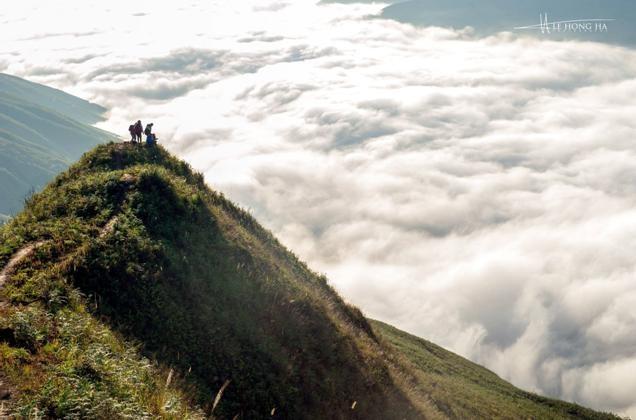Dai duong may menh mong tren dinh Ta Xua - Son La hinh anh 2 Nếu thời tiết thuận lợi bạn sẽ may mắn được ngắm những biển mây cuồn cuộn ngay sát chân Ảnh: Lê Hồng Hà.
