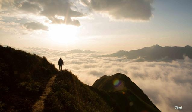 Dai duong may menh mong tren dinh Ta Xua - Son La hinh anh 5 Và ai cũng đều phấn khích tột đồ khi nhìn thấy những biển mây ngay dưới chân.