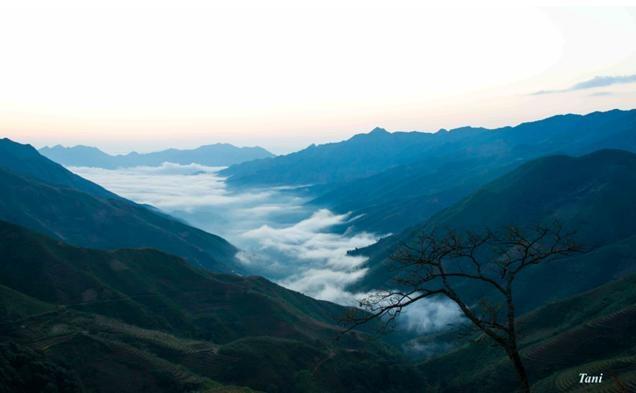 Dai duong may menh mong tren dinh Ta Xua - Son La hinh anh 9 Vào những hôm ít mây bạn sẽ thấy những dòng sông mây trôi lờ lững từ xã Háng Đồng về Tà Xùa.