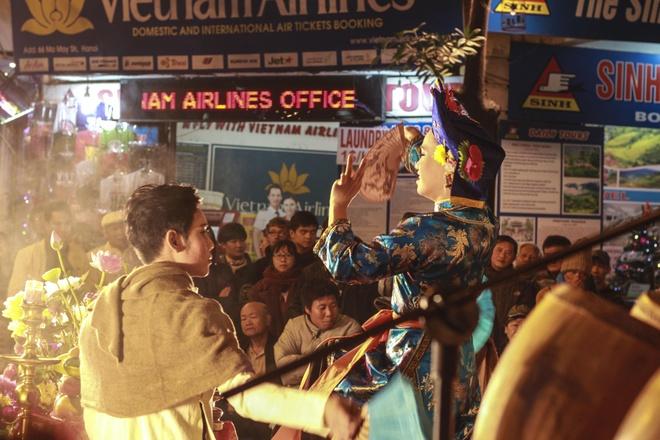 Rất nhiều du khách và người dân đứng xung quanh sân khấu để thưởng thức tiết mục hát chầu văn. Vào 8h các tối cuối tuần trên phố Mã Mây, mọi người sẽ được trải nghiệm các tiết mục thuộc nhiều loại hình văn hóa dân gian.