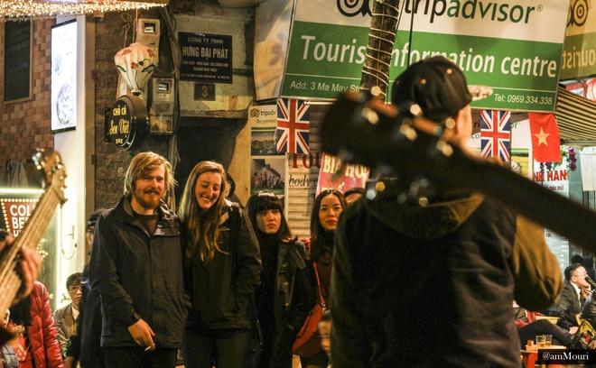 Ở một góc phố khác, du khách được hòa mình vào nhiều bản nhạc sôi động của các nghệ sỹ đường phố với những nhạc cụ như guitar, cajong.
