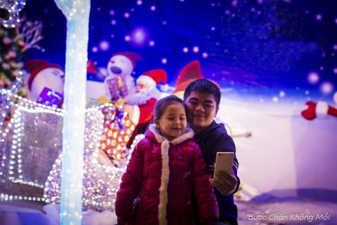 """Thanh duong o Da Nang ruc ro dip Giang sinh hinh anh 9 """"Tôi đưa con đi dạo thành phố và thấy những ngày này Đà Nẵng trở nên lung linh hơn bình thường. Mấy hôm nay thời tiết se lạnh nên ra đường chỉ cần một chiếc áo khoác mỏng là cảm nhận được không khí của dịp lễ Giáng sinh."""" Anh Quang đang sinh sống ở Đà Nẵng cho biết."""