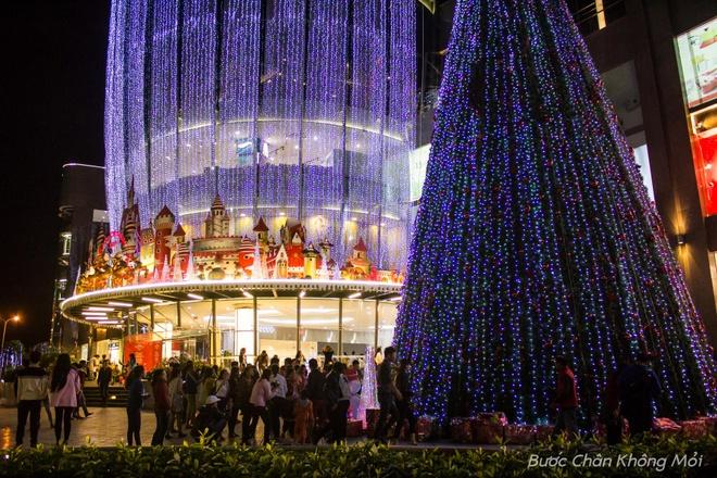 Thanh duong o Da Nang ruc ro dip Giang sinh hinh anh 10 Nhiều người cũng lựa chọn các trung tâm thương mại như siêu thị lớn Big C, Lote Mart, Vincom, Helio Center,… làm điểm đến trong dịp lễ Giáng sinh để vui chơi, chụp hình.