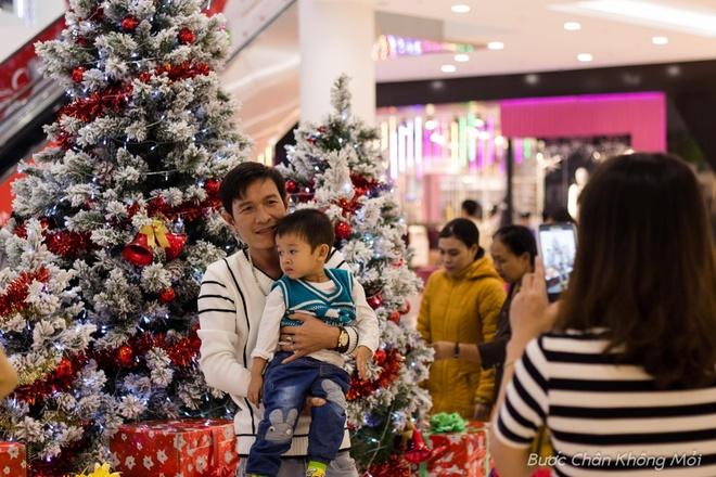 Thanh duong o Da Nang ruc ro dip Giang sinh hinh anh 11 Không chỉ giới trẻ mà các gia đình cũng ra ngoài vui chơi để tận hưởng không khí Giáng sinh an lành, ấm áp.