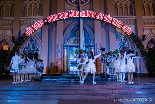 Thanh duong o Da Nang ruc ro dip Giang sinh hinh anh 2 Nhà thờ Con Gà hay còn gọi là nhà thờ chính tòa Đà Nẵng, thu hút rất nhiều người vào dịp Giáng sinh. Những đêm trước lễ Giáng sinh, các tiết mục được tập duyệt kĩ càng để chuẩn bị biểu diễn vào đêm 24/12.