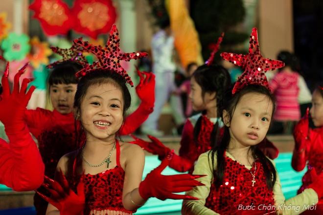 Thanh duong o Da Nang ruc ro dip Giang sinh hinh anh 3 Những em bé San Hô trông thật đáng yêu với bộ đồ rực rỡ, đang nhí nhảnh tập luyện trên sân khấu.
