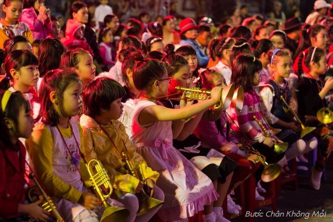 Thanh duong o Da Nang ruc ro dip Giang sinh hinh anh 4 Những em bé Thiên Thần với đôi cánh trắng sau lưng cùng chiếc kèn vàng đang ngồi chờ đợi đến lượt mình lên diễn.