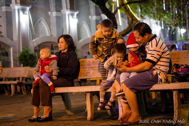"""Thanh duong o Da Nang ruc ro dip Giang sinh hinh anh 7 """"Cứ đến dịp lễ Giáng sinh, tôi thường đưa con cái đến thánh đường cầu nguyện và vui chơi"""", anh Hoàng - một giáo dân đến nhà thờ Con Gà, chia sẻ."""