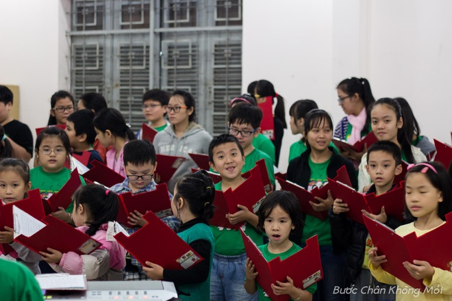 Thanh duong o Da Nang ruc ro dip Giang sinh hinh anh 5 Các em nhỏ tập luyện hát đồng ca những ca khúc Giáng sinh, mang thông điệp yêu thương, lời chúc tốt lành đến mọi người và gia đình có một mùa Giáng sinh an lành.