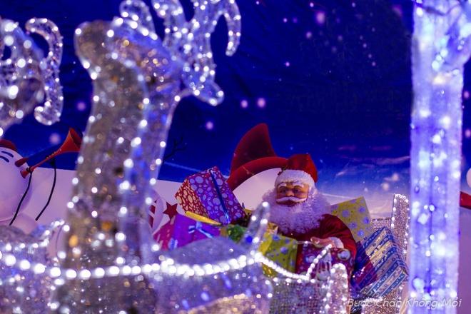Thanh duong o Da Nang ruc ro dip Giang sinh hinh anh 8 Ở các tuyến phố, nhiều khách sạn, quán cafe, nhà hàng đã đặt các cây thông, ông già noel, tuần lộc và các hộp quà được trang trí bởi những dãy đèn điện đầy màu sắc