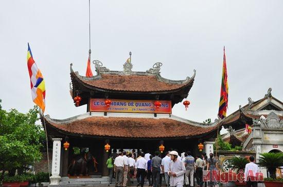 Den tho Vua Quang Trung - diem nhan du lich thanh Vinh hinh anh