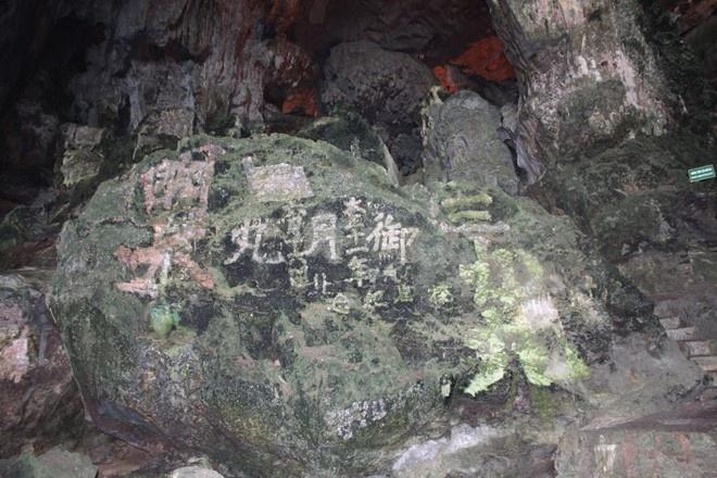 Da xoa het chu Trung Quoc trong hang Dau Go hinh anh 1