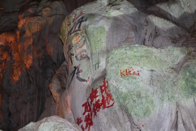Da xoa het chu Trung Quoc trong hang Dau Go hinh anh 2