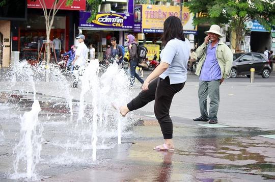 Hinh anh khong dep tren pho di bo Nguyen Hue hinh anh 4