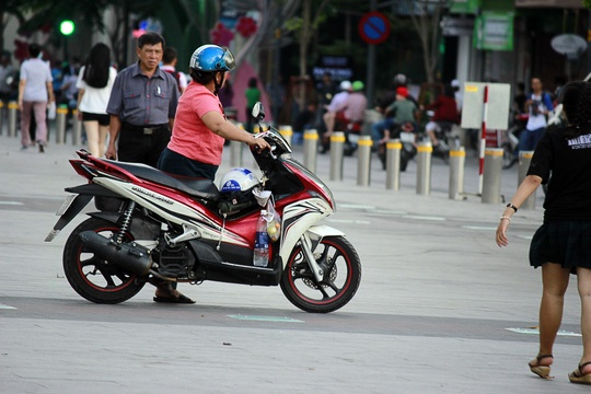 Hinh anh khong dep tren pho di bo Nguyen Hue hinh anh 5