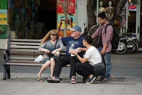 Hinh anh khong dep tren pho di bo Nguyen Hue hinh anh 6
