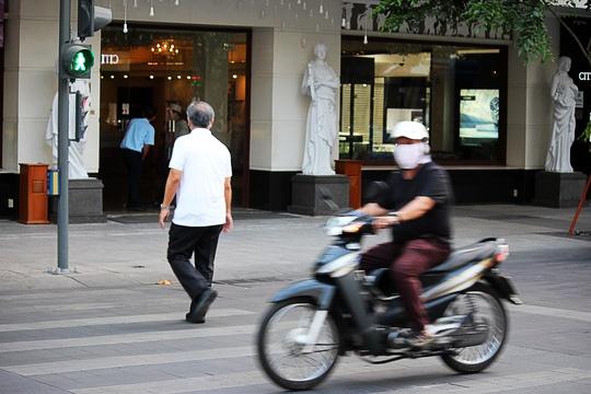Hinh anh khong dep tren pho di bo Nguyen Hue hinh anh 8