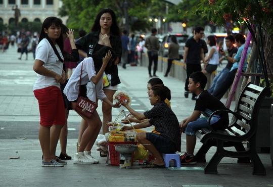 Hinh anh khong dep tren pho di bo Nguyen Hue hinh anh 9