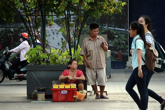Hinh anh khong dep tren pho di bo Nguyen Hue hinh anh 10