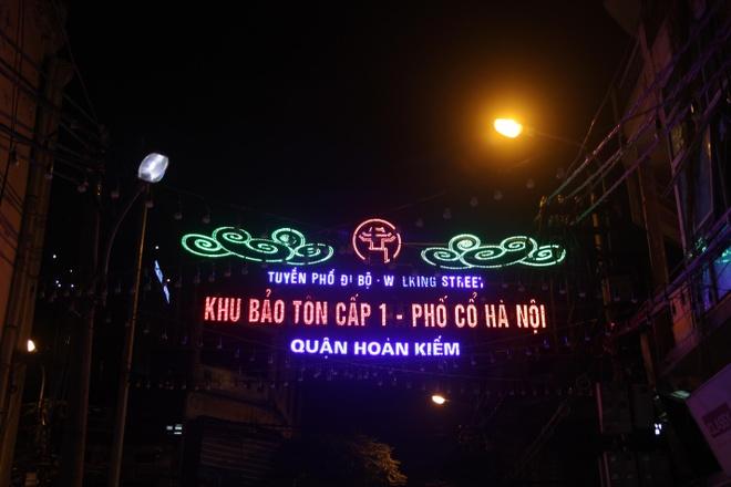 Pho co Ha Noi day mau sac dem cuoi tuan hinh anh 2
