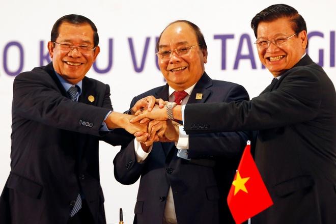 Viet - Lao - Campuchia: 3 anh em vung nhu kieng 3 chan hinh anh