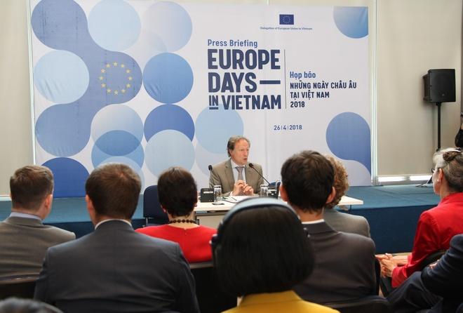 EU ra mat 'Ngoi lang chau Au' tai trung tam Ha Noi hinh anh