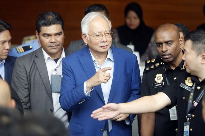 Cuu thu tuong Malaysia bi tham van nhieu gio vi nghi an tham nhung hinh anh