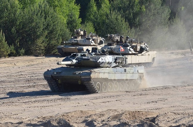NATO trien khai xe tang, may bay tap tran sat nach Nga hinh anh