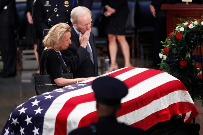 John McCain nam duoi vom Dien Capitol, nguoi me 106 tuoi tien dua hinh anh 8