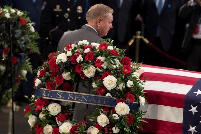John McCain nam duoi vom Dien Capitol, nguoi me 106 tuoi tien dua hinh anh 7