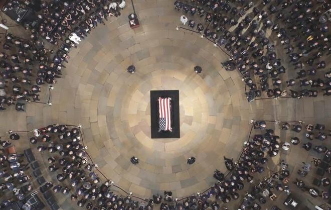 John McCain nam duoi vom Dien Capitol, nguoi me 106 tuoi tien dua hinh anh 10