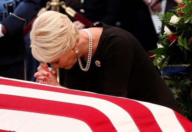 John McCain nam duoi vom Dien Capitol, nguoi me 106 tuoi tien dua hinh anh 3