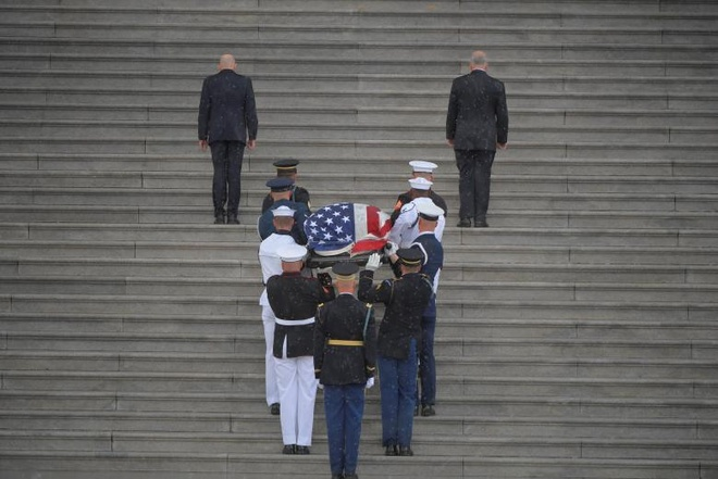 John McCain nam duoi vom Dien Capitol, nguoi me 106 tuoi tien dua hinh anh 1
