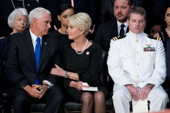 John McCain nam duoi vom Dien Capitol, nguoi me 106 tuoi tien dua hinh anh 6