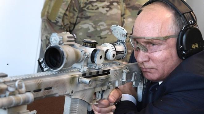 TT Putin tro tai thien xa voi sung truong Kalashnikov hinh anh