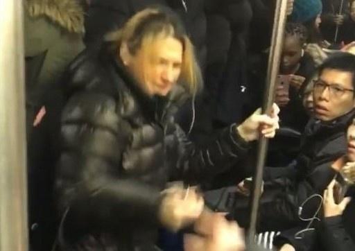 Co gai chau A bi tan cong phan biet chung toc tren tau dien New York hinh anh