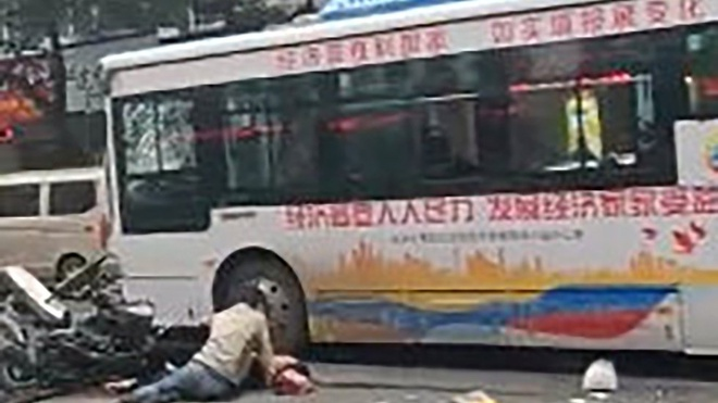 Cuop xe bus lao vao dam dong lam 5 nguoi chet o Trung Quoc hinh anh 1