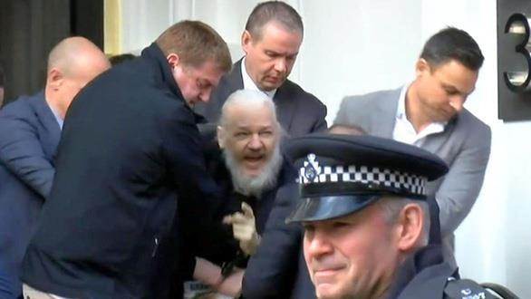 Cha ong trum WikiLeaks len tieng sau khi chung kien con bi bat giu hinh anh 1
