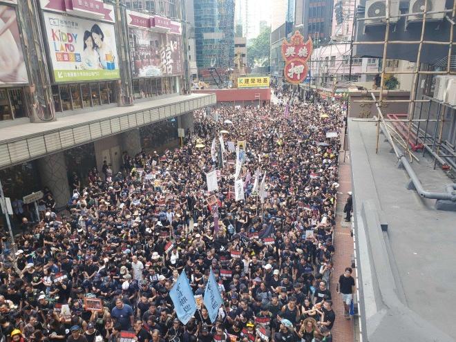 'Bien nguoi ao den' bieu tinh doi lanh dao Hong Kong tu chuc hinh anh 1