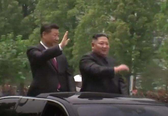 Ong Kim va ong Tap di xe mui tran vay chao bien nguoi Trieu Tien hinh anh