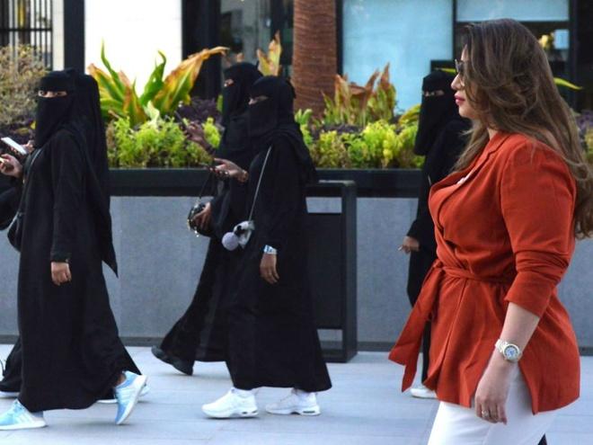 Saudi cho phep nam, nu nuoc ngoai doc than chung phong khach san hinh anh 1