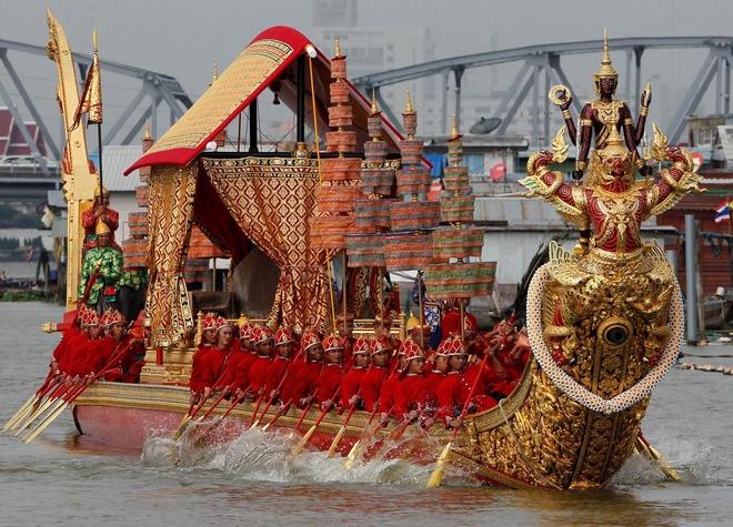 Thai Lan hoan le ruoc thuyen vang ton vinh Nha vua vi song can nuoc hinh anh 1