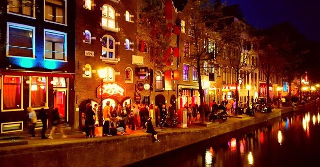 Tranh cai ve bien chi dan du khach den pho den do o Amsterdam hinh anh 1