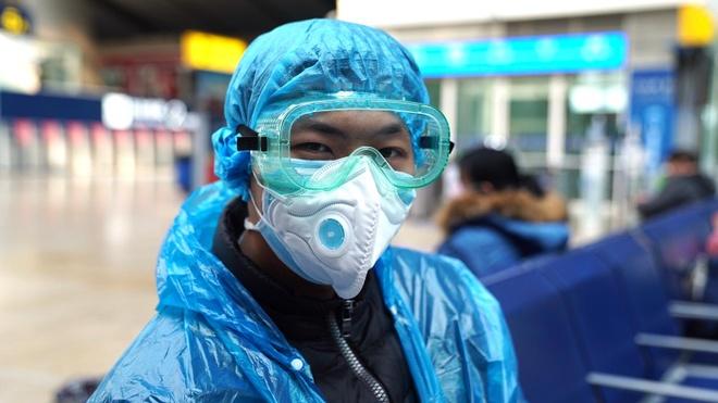 Một người đang ngồi chờ tại nhà ga phía Nam Bắc Kinh hôm 15/2. Ảnh: CNN.