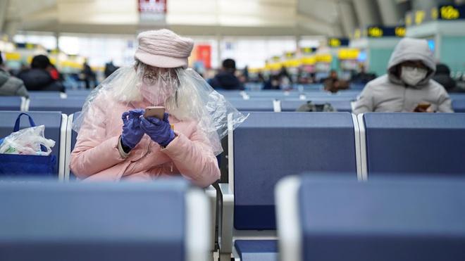 Một người dùng túi nylon để bảo vệ toàn bộ vùng đầu. Ảnh: CNN.
