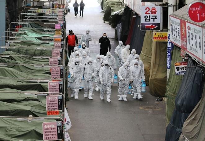 Sau đợt bùng phát nghiêm trọng nhất hồi đầu năm, Hàn Quốc thường xuyên ở trong tình trạng dỡ bỏ giãn cách xã hội rồi tái giãn cách trước nguy cơ bùng phát liên tục xuất hiện. Ảnh: Getty.