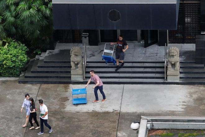Xe đẩy được quan sát thấy bên trong Tổng lãnh sự quán Mỹ ở Thành Đô sáng 25/7. Ảnh: AFP.