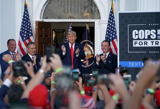 Trump dat biet danh cho doi thu anh 1