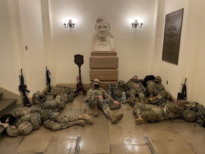 Vệ binh Quốc gia nằm la liệt tại Điện Capitol Ve_binh_Quoc_gia_JPG