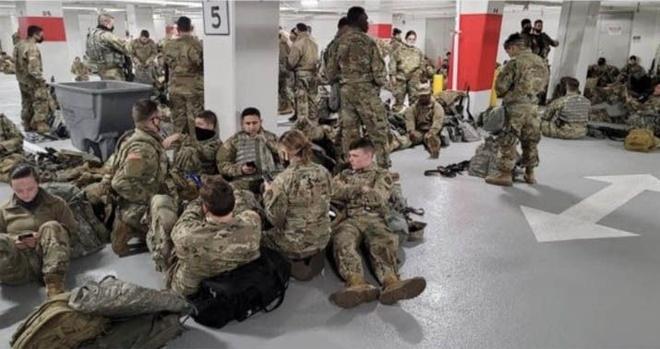 Vệ binh Quốc gia ngủ vạ vật ở hầm gửi xe vì phải ra khỏi Điện Capitol - Thế  giới